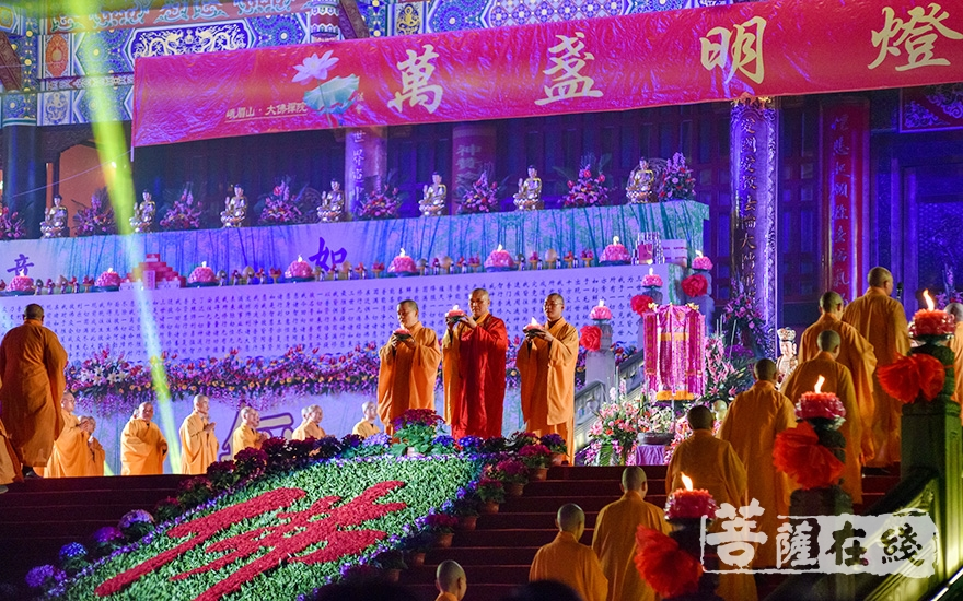 永寿大和尚主法供灯法会(图片来源:峨眉山佛教协会)