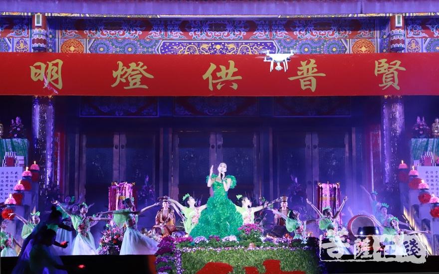 空军文工团歌唱家马丽居士、?#20999;?#33402;术学校学生带来歌舞表演《莲花满?#25321;貳罰?#22270;片来源:菩萨在线 摄影:妙澄)