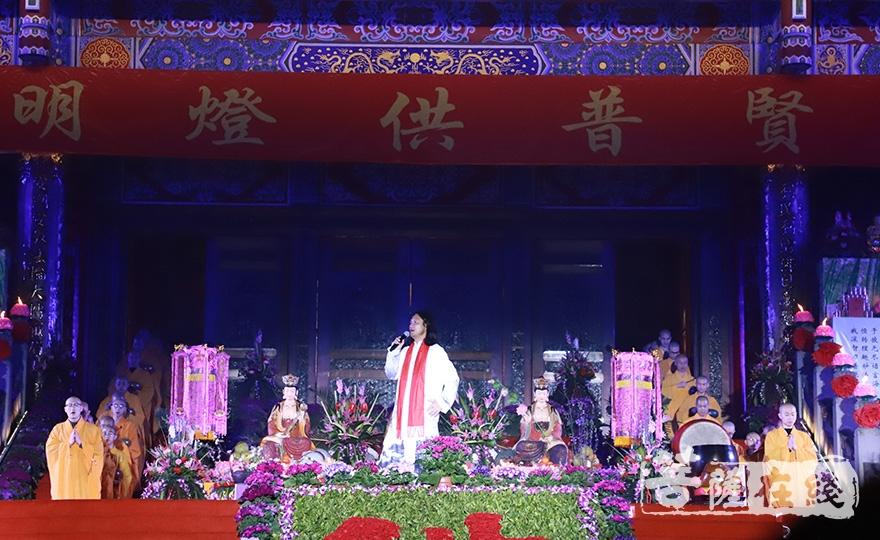 峨眉禅鼓创始人孔松居士带来歌曲《遇见峨眉》(图片来源:菩萨在线 摄影:妙澄)
