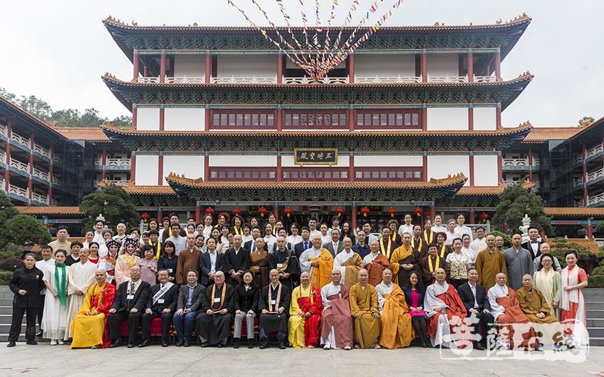众人在珠海普陀寺合影留念(图片来源:菩萨在线 摄影:果仁)