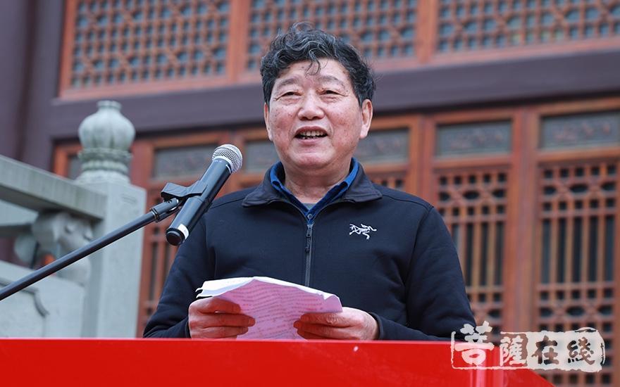 山鑫置业有限公司董事长吴振来代表居士致辞(图片来源:菩萨在线 摄影:妙澄)
