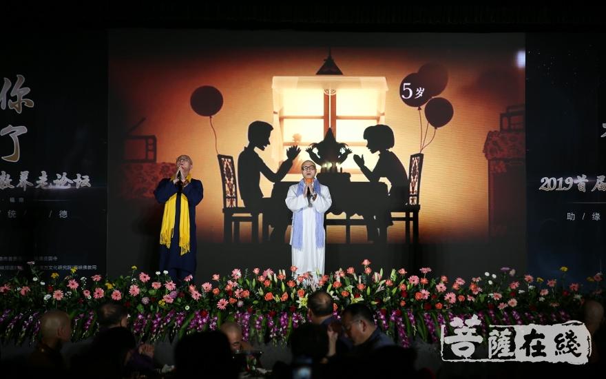 歌曲表演(图片来源:菩萨在线 摄影:妙月)