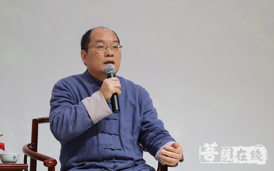 冯焕珍发言(图片来源:菩萨在线 摄影:妙甜)