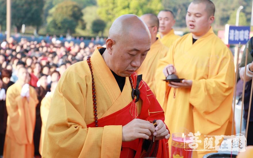 拈香主法(图片来源:菩萨在线 摄影:妙澄)