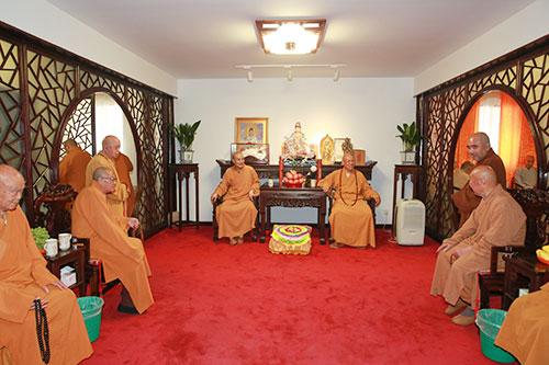 端午将至 道慈大和尚赴佛教颐养堂、普陀山敬老院慰问