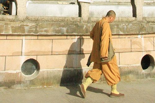 为何佛陀要穿着破损袈裟进城乞食
