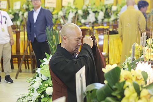 锦州市佛教协会会长道极法师赴香港宝莲禅寺悼念健钊长老