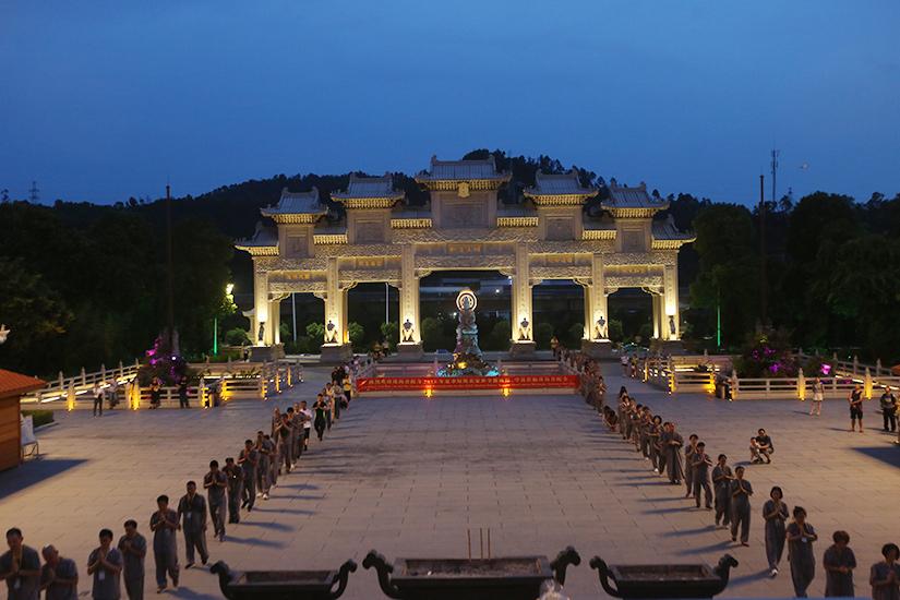 珠海普陀寺短期出家首日:诵经闻法、朝拜忏摩