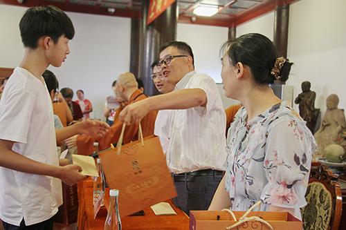 佛欢喜日 上海宁国禅寺举行2018年秋季慈善助学活动
