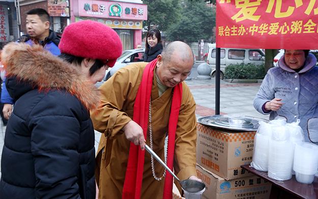 释迦牟尼佛成道日 湖南法华古寺举行腊八施粥活动
