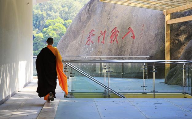 这是一座建在石堆中的寺院