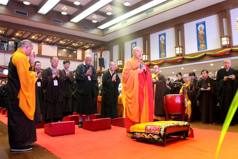 【高清图集】上海七宝教寺举行三时系念法会 千人诵经响遏行云