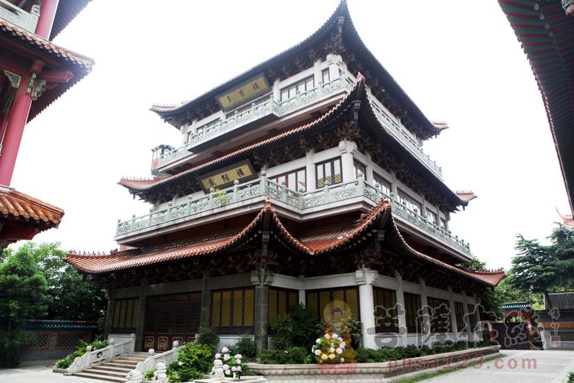 两座相同的藏经楼分布在大雄宝殿两侧(图片来源:菩萨在线 摄影:妙梵)