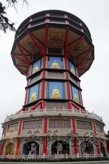 由德林老和尚设计的钟只顶(图片来源:菩萨在线 摄影:妙梵)
