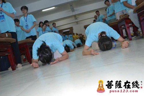 营员们学习佛门礼仪并虔诚跪拜-合肥开福寺首届 开福之光 禅悦行 佛学