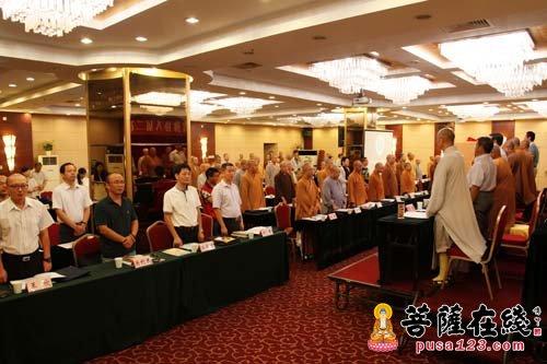 1.会议开始起立奏国歌合唱三宝歌