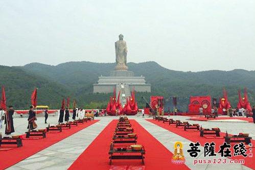 """在""""牛郎织女之乡""""河南省鲁山县中原大佛景区,77对新人在208米的世界第"""