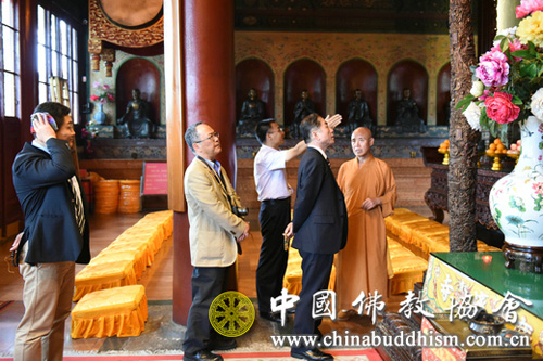 演觉副会长陪同草野显之校长一行参观北京广济寺