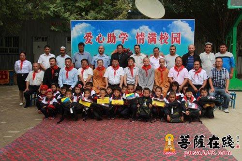 杭州云林公益基金会法师与当地官员和学生代表合影