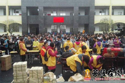 然而来自广东省肇庆市义工团的谢爱珠一行为湘阴县鹤龙湖镇濠河中学的