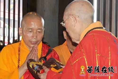 2010年9月12日,华严寺落成 开光,明学长老为印觉大和尚送座
