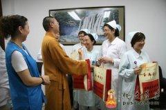 上海玉佛寺法师、志愿者慰问上海儿童医院护士及贫困病童