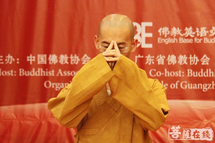 示范佛教礼仪(图片来源:菩萨在线 摄影:妙文)