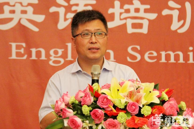 中国佛教协会秘书长刘威作《东来西去——从佛典翻译到世界佛教论坛》主题演讲(图片来源:菩萨在线 摄影:妙文)
