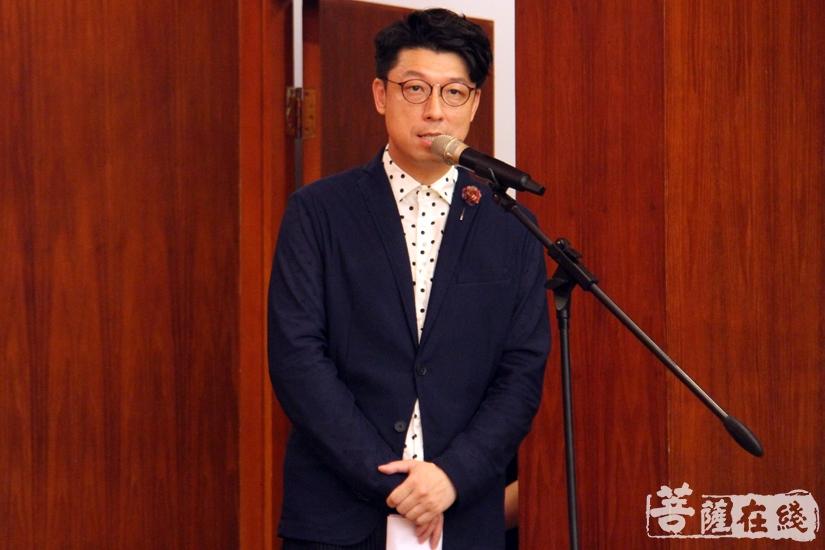 倪偲瀚老师主持开班仪式(图片来源:菩萨在线 摄影:妙澄)