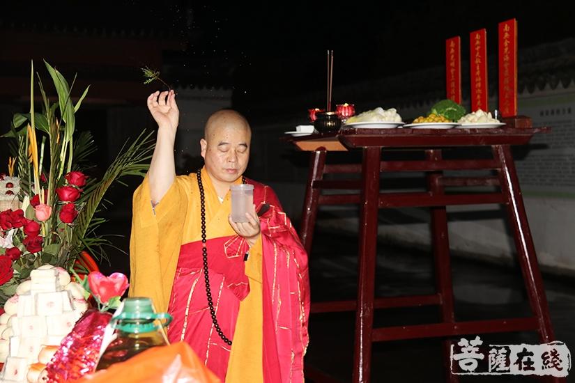洒净仪式(图片来源:菩萨在线 摄影:妙月)