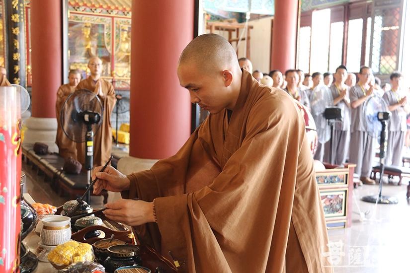 上供仪式(图片来源:菩萨在线 摄影:妙澄)