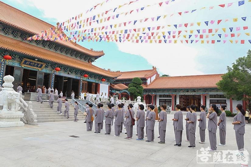 学员整齐排班入殿(图片来源:菩萨在线 摄影:妙澄)