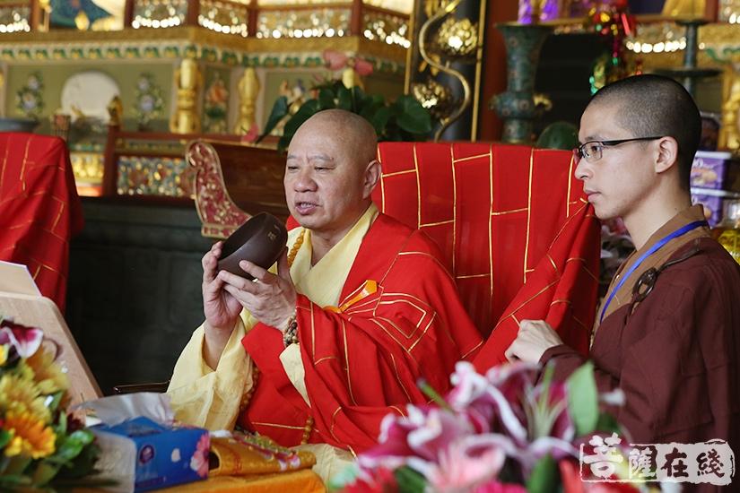 明生大和尚传授沙弥十戒、衣、钵(图片来源:菩萨在线 摄影:妙澄)