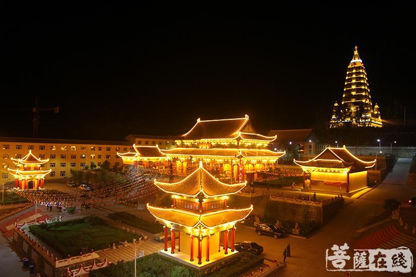 七台河市勃利县极灵寺夜景(图片来源:菩萨在线 摄影:慧德)