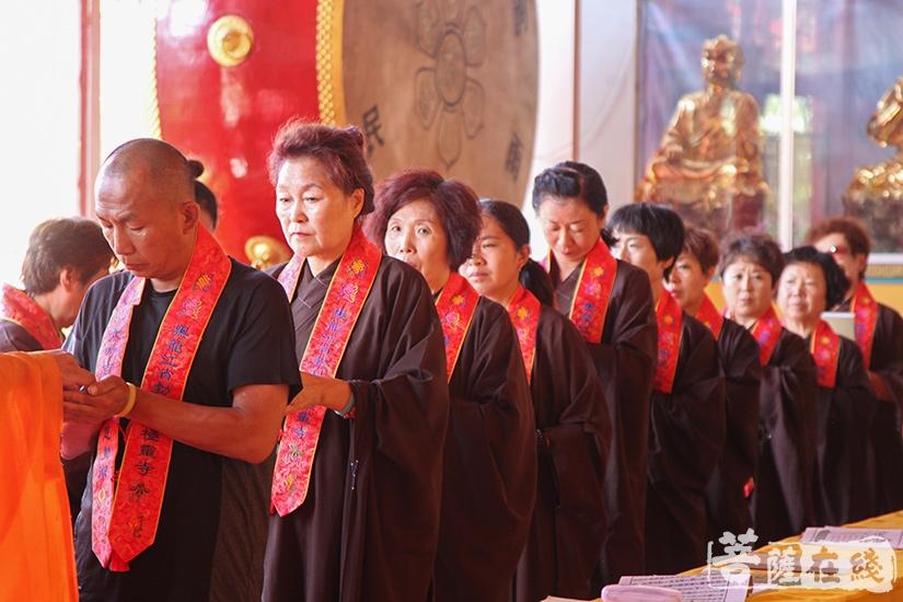 护法居士虔诚与会(图片来源:菩萨在线 摄影:妙澄)