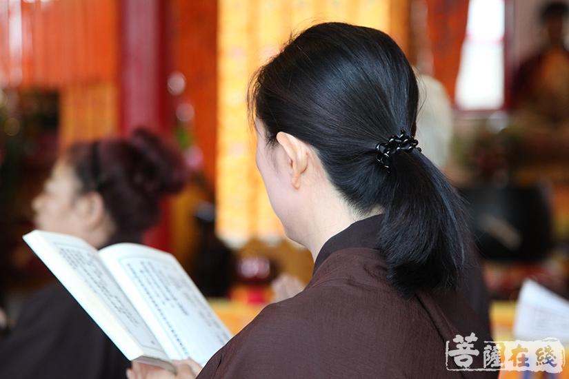 恭诵经典(图片来源:菩萨在线 摄影:妙澄)