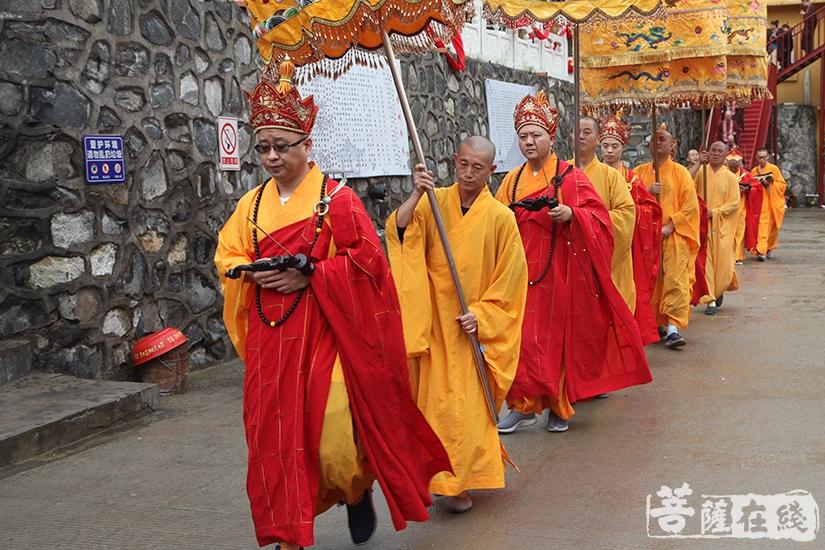 主法法师率领四众弟子前往大坛(图片来源:菩萨在线 摄影:慧德)