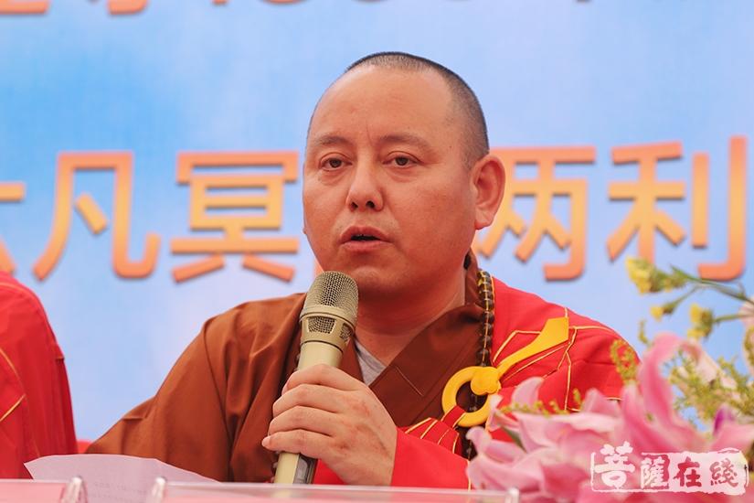 天通法师代表安庆市佛教协会致贺词(图片来源:菩萨在线 摄影:妙澄)