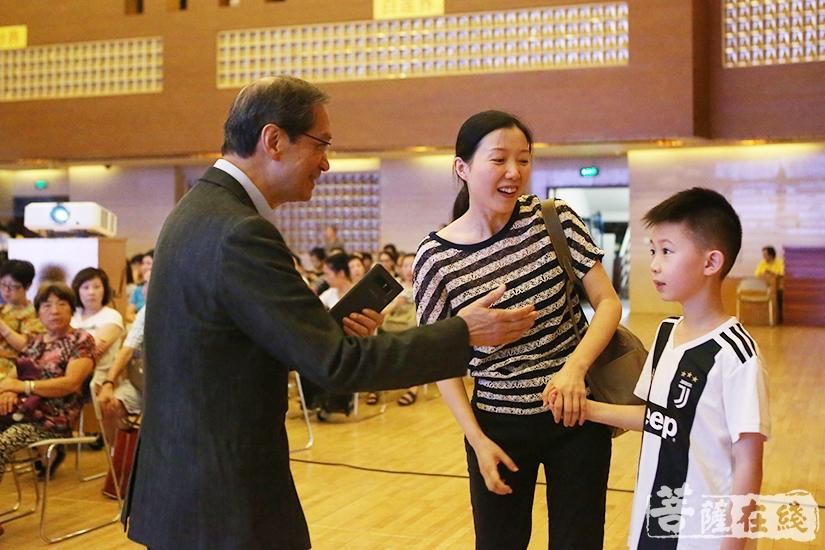 潘教授与现场听众互动(图片来源:菩萨在线 摄影:妙祺)