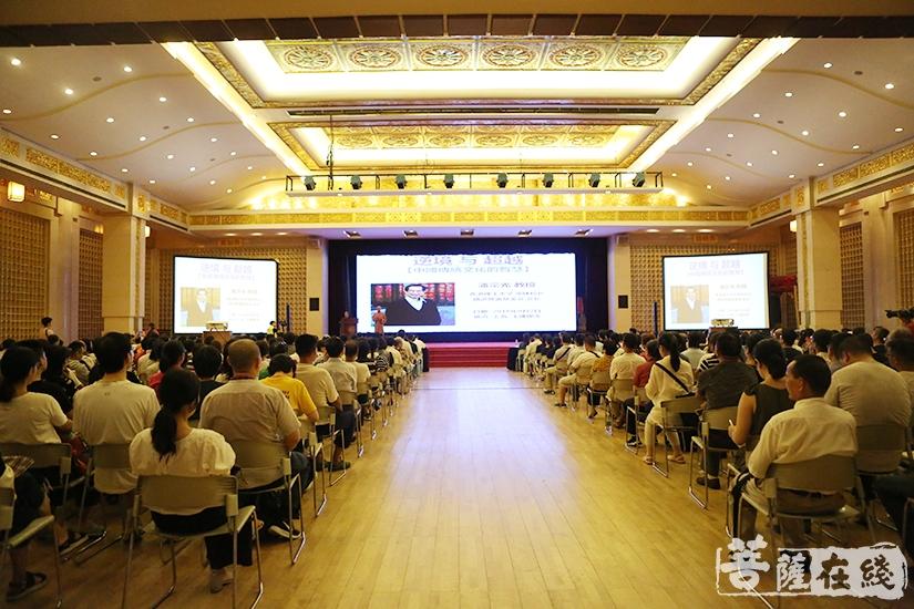 数百名观众到场聆听讲座(图片来源:菩萨在线 摄影:妙祺)