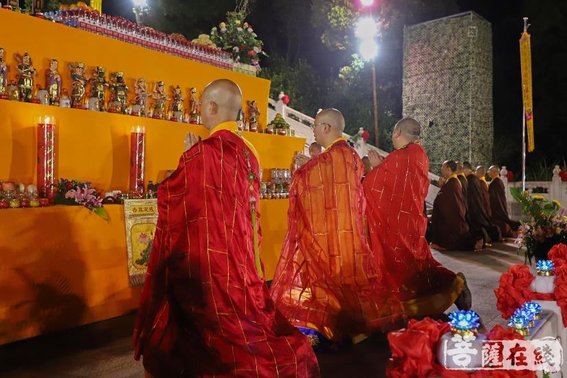 洒净仪式(图片来源:菩萨在线 摄影:妙祺)