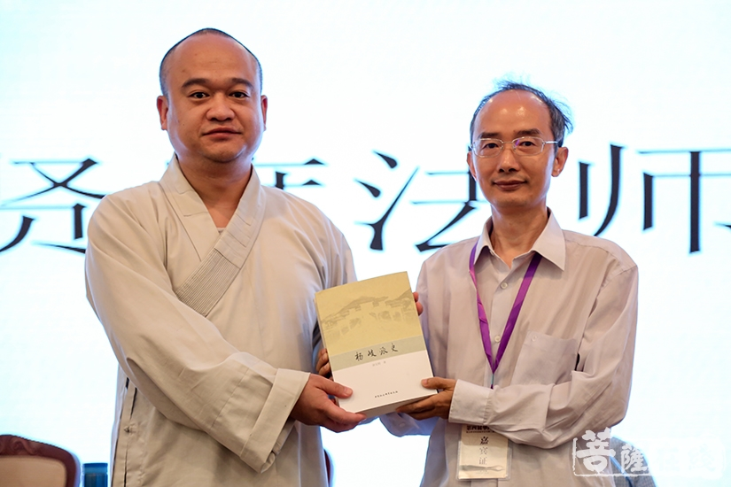 徐文明教授为法界学院图书馆捐赠最新著作(图片来源:菩萨在线 摄影:果仁)