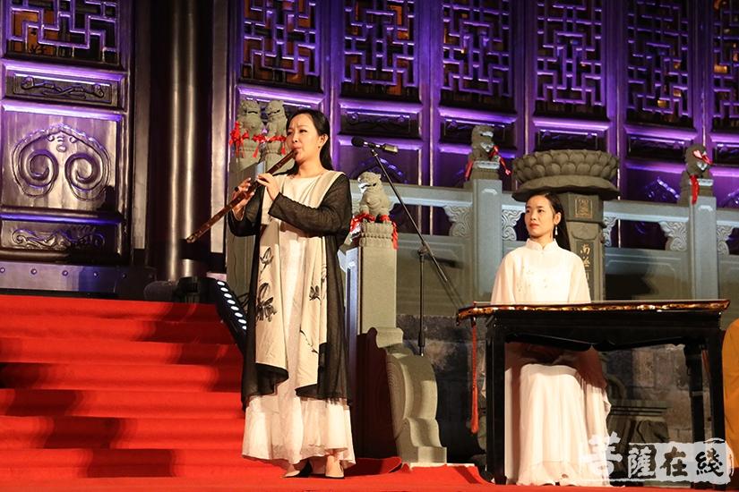 琴箫合奏(图片来源:菩萨在线 摄影:妙月)