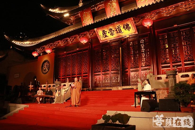 觉醒大和尚表示在寺院里举办雅集,可谓耳目一新(图片来源:菩萨在线 摄影:妙月)
