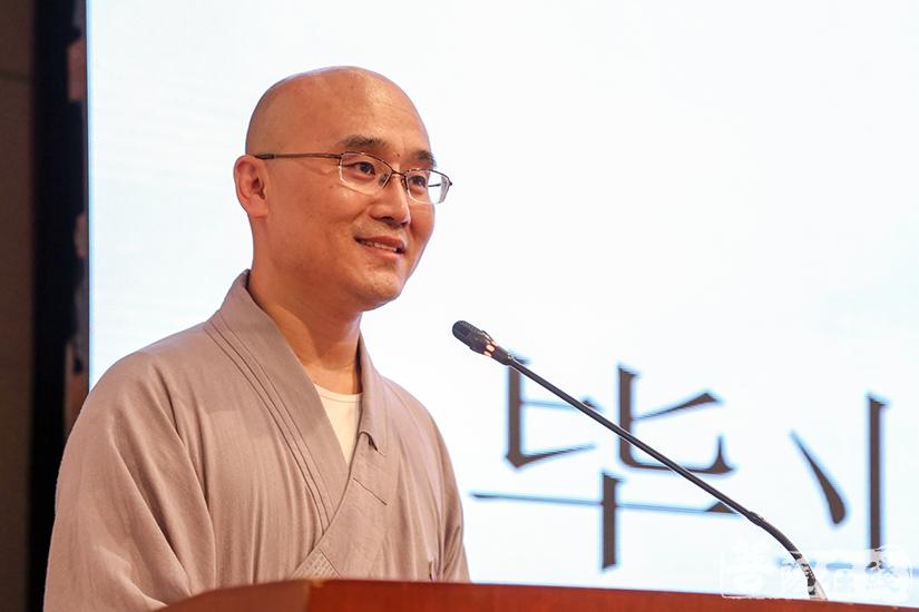 毕业学僧代表华明法师发言(图片来源:菩萨在线 摄影:果仁)