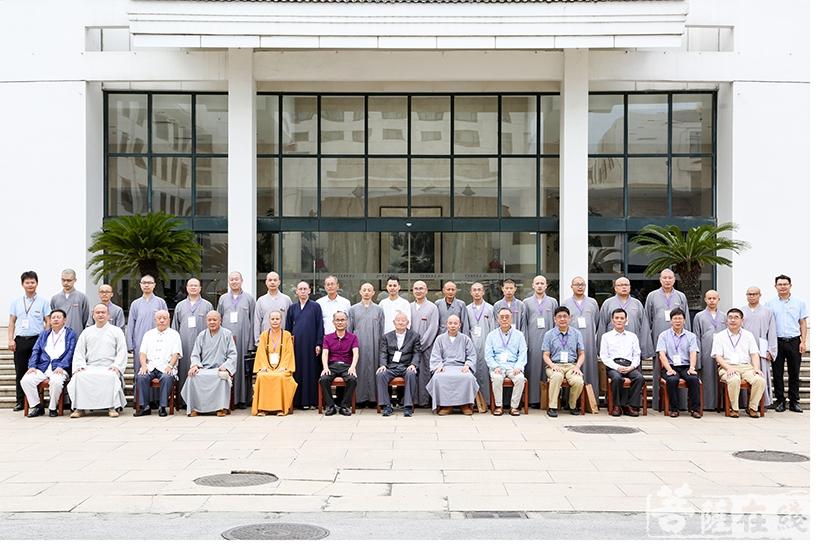 法界学院2018级新生合影(图片来源:菩萨在线 摄影:果仁)