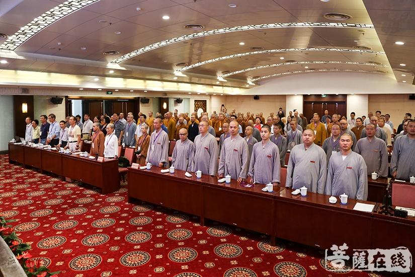 与会人员共唱国歌(图片来源:菩萨在线 摄影:妙清)