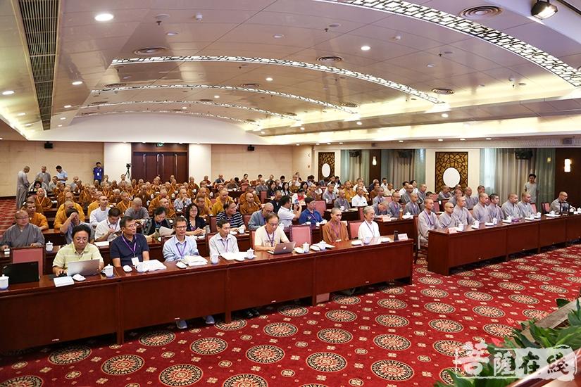 众人聆听发言(图片来源:菩萨在线 摄影:果仁)