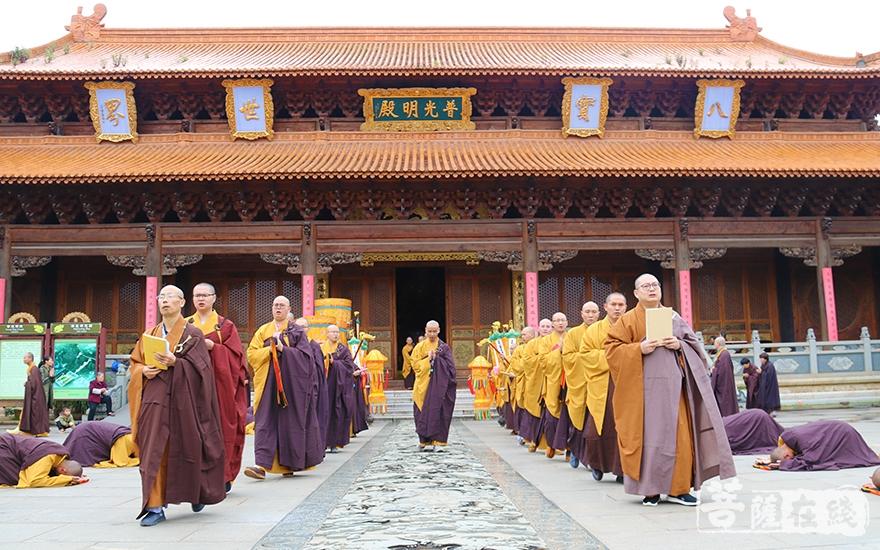 回复清净仪式(图片来源:菩萨在线 摄影:妙月)