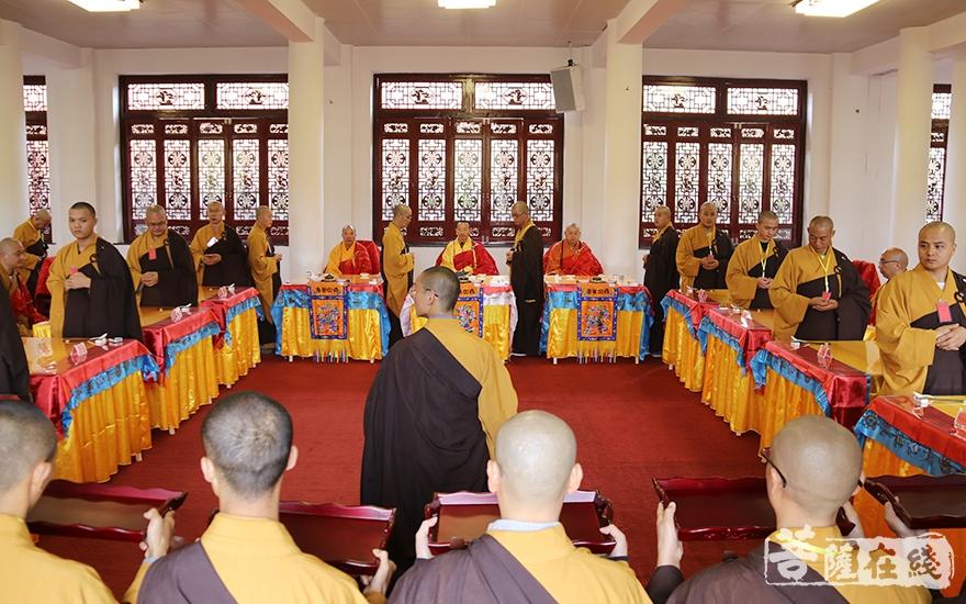 供斋仪式咸遵古法(图片来源:菩萨在线 摄影:妙月)